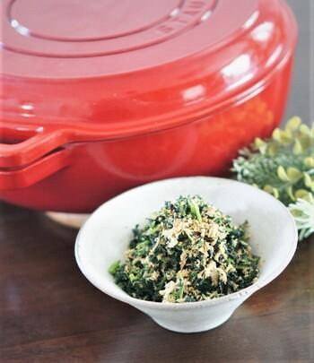 若ごぼうの葉とツナ缶を炒めると、栄養たっぷりの手作りふりかけが出来ますよ。朝食やお弁当のおともにも良し、おにぎりに混ぜ込んでも良し。ツナの旨みが効いていて、お子さんから大人まで、家族みんなが食べやすいレシピです。
