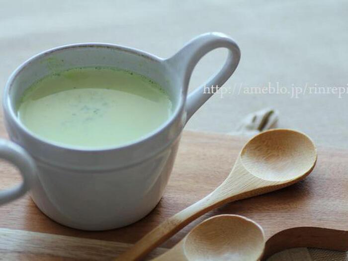 若ごぼうの葉を牛乳とともにミキサーにかけてブイヨンで煮込んで、優しい味わいのスープに。忙しい日の朝食や、小腹が空いてしまった時の夜食にも良さそうです。