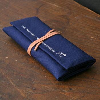 帆布で出来たロールペンケースは大容量で頼りがいがある。ペン以外で雑貨や工具を入れても良さそうです。