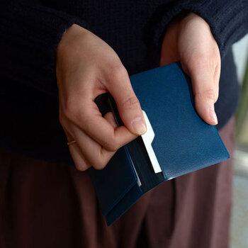 PVC素材にワンポイントでゴールドの箔が押されたパス&カードケースです。気軽に使えて水や汚れに強いから、普段使いに重宝しそう。