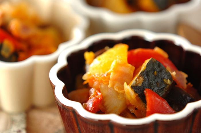 お水を使わず野菜の旨味と水分で煮込んで作る作り置きラタトゥイユ。冷蔵庫で1週間程度保存ができるので週末に大量に作っておくことでその週が本当に楽になります。ヘルシーな上に栄養価も抜群です。  ・パスタ ・パンにのせてとろけるチーズを ・卵で包んでラタトゥイユオムレツ(プレーンオムレツに乗せるだけでも◎) ・チーズを乗せてラタトゥイユグラタン