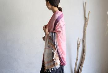 糸を先染めし、織機で丁寧に織り上げられたショールはふんわり柔らかで、彩り豊か。纏い方によって見える柄も変わるので、シンプルな服装に変化をつけたい時にもぴったりですね。