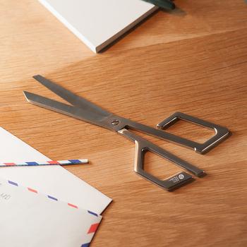 お洒落なハンドルのハサミは、右利き・左利きどちらも使えるユニバーサル仕様。スタイリッシュでありながら、どこか親しみを覚えるデザインです。こちらは刀の産地で有名な岐阜県関市で製造されています。
