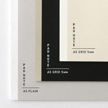 紙の道具「紙器具(しきぐ)」を提案するブランド大成紙器製作所のノート。このノートの特徴は、2つ折の1枚の紙が製本されている開きやすさにあります。さらには特殊な製本技術により、2つ折の紙を剥がせば1枚の紙として使えます。旅行時の地図日記や、工程の多いレシピなどを書き留めるのにピッタリ。