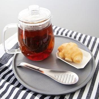 ご飯を食べるときに、ちょっとした薬味があればもっと美味しいのに…と思うときはありませんか。だけど、大きなすりおろし器を出すのは大変…というときに、「おろしスプーン」があれば、生姜やにんにくのおろし作業ができて、そのままお鍋やカップに入れられます。 画像のように、おそりスプーンですりおろした生姜をそのままお茶や炭酸水に入れれば、ジンジャーティーやジンジャーエールの出来上がりです。本格的な味が楽しめますよ。