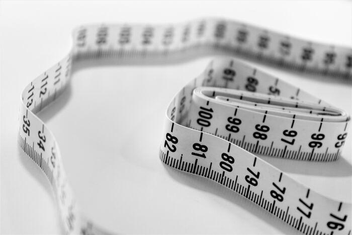なかなかひとりで測るのは難しいもの…。靴のサイズは自分で測るよりも、靴屋さんで測ってもらったほうが正確ですよ。通販での今後の失敗を避けるためにも、一度店員さんに相談してみることをおすすめします。