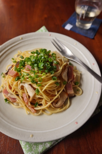 使い勝手が良くて、多様にアレンジしやすいベーコンは、冷蔵庫にぜひ常備しておきたい食材。イタリア式に活用するのもいいけれど、和風な味付けにももちろん一役買ってくれます。ベーコンの旨味を吸ったきのこの食感&味わい!最高の食体験が待っていますよ。