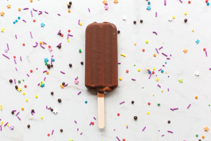 「アイスキャンディー」(ice candy)って一体何語なんでしょう? 実は意外なことに和製英語なんです。英語では「ice pop」、あるいは 「frozen pop」などと言います。 アメリカでは「Popsicle」、イギリスでは「ice‐lolly」と呼ばれることも。  日本語でも「アイスキャンデー」というと懐かしい響きがするし、昨今では単に「アイス」と略されるほうが多いでしょう。英語の ice には「氷菓」の意味もあり、今日の「アイス」という呼び名には英語とのつながりを感じずにはいられません。