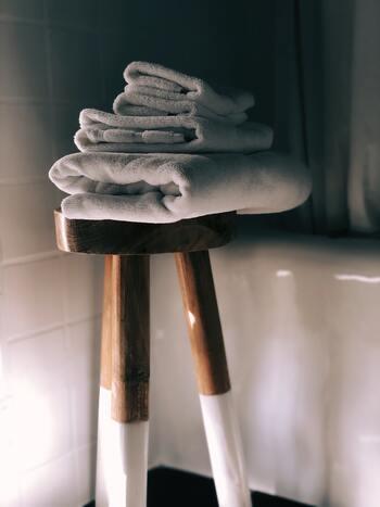 お風呂上りに使うバスタオルやキッチンで使うクロス、着古した洋服など、不要になった洋服や布、タオルなどは、再利用すると、おうちの中のお掃除や、色々なもののメンテナンスに大活躍! 捨てる前に、ちょっとひと工夫。上手に再利用してみましょう。