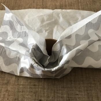 作り方は簡単。まず紙コップのまわりを、ペーパーナプキンで包みます。