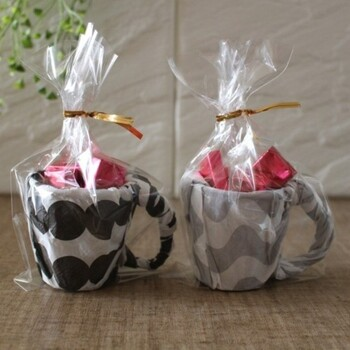 北欧風のマグカップの中に、チョコレートが入っている、こちらのプチギフト。実は紙コップ×ペーパーナプキンで作られているものなんですよ。
