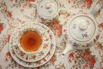 普段、紅茶をいただくとき、「ティーカップ」は使っていますか?なかには、マグカップにたっぷり淹れて紅茶を飲むのがお好きな方もいらっしゃるかもしれません。そんなマグカップ派の方にも、ティーカップのセットで紅茶を嗜む時間を楽しんでいただきたく、その魅力をお伝えしていきます。