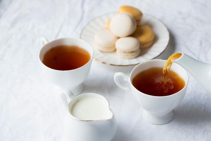 香りの良い、美味しい紅茶を淹れるためには、いくつかのポイントがあります。まず、「汲みたてのお水を沸騰させること」。紅茶を淹れるには軟水が適しています。空気を多く含む、汲みたてのお水を沸騰させます。次に、「茶葉が開くようにティーポットにお湯を入れて蒸らすこと」。しっかりと沸騰させたお湯の動きで、紅茶の美味しい成分が抽出されます。 茶葉によって蒸らし時間が異なるのでそれぞれよく確認しましょう。そして、「最後の一滴までいれること」。茶葉から抽出した紅茶の最後の一滴はゴールデンドロップとも呼ばれます。美味しさを余すことなくいただけるよう、この一滴までティーカップに淹れましょう。