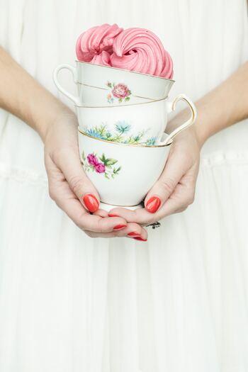 キナリノ世代の大人は、マナーを守って美しく紅茶をいただきたいところです。テーブルから離れた位置に座っているときはソーサーも手に持って飲むと、手元が上品に見えます。また、ティーカップをを持つのに使わない指は、美しく添えることを心がけると良いでしょう。