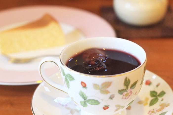 引き出物などでもよく見かける、ウェッジウッド。1759年「英国陶工の父」と呼ばれるジョサイア・ウェッジウッドが 29歳のときに創業されました。小さく愛らしい野いちごをデザインした「ワイルドストロベリー」シリーズが人気です。忙しい日々の中でも、家で最高の時間を過ごす。そんな想いが現代にも受け継がれ、食卓を彩ります。