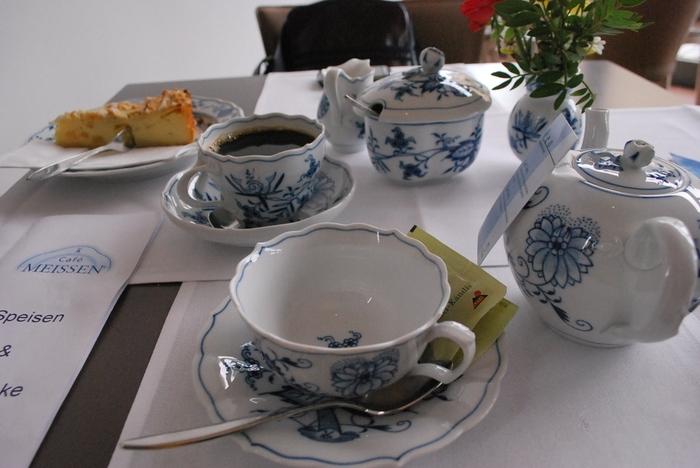 約300年前、東洋の磁器に影響を受けて1710年に生まれたヨーロッパ発の硬質磁器釜「マイセン」。中国の陶磁器の染付けを活かして生まれた「ブルーオニオン」シリーズなどが有名です。このブルーオニオンシリーズを、現代風にアレンジされた「ブルーオニオンスタイル」シリーズも、近年人気が高まりつつあります。