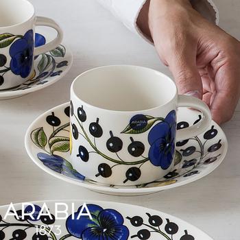 デザインが印象的な北欧のティーカップは、食卓を華やかにしてくれます。来客時はもちろん、自分のためのご褒美時間にも、お気に入りの柄のものがあると心が踊りますね。鮮やかで瑞々しさを感じさせる、「ARABIA(アラビア)」のパラティッシのカップ&ソーサーは、贈り物にも良さそうです。
