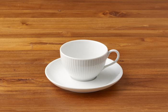 細やかな縦のラインが、プリーツのよう。シンプルながらも可憐な魅力があるティーカップで、淹れた紅茶を美味しく見せてくれそうです。こちらのティーカップは、電子レンジや食洗器の使用も可能なので、普段使いにもおすすめです。