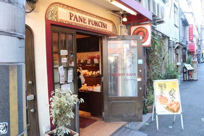 どこかレトロで可愛らしい外観の、「パネ・ポルチーニ」。大阪の中心部・梅田からすぐ近くの福島エリアにあるお店です。福島駅からは徒歩約2分のところに位置していて、梅田からちょっと足を伸ばしてみるのにもちょうどいい距離感です。