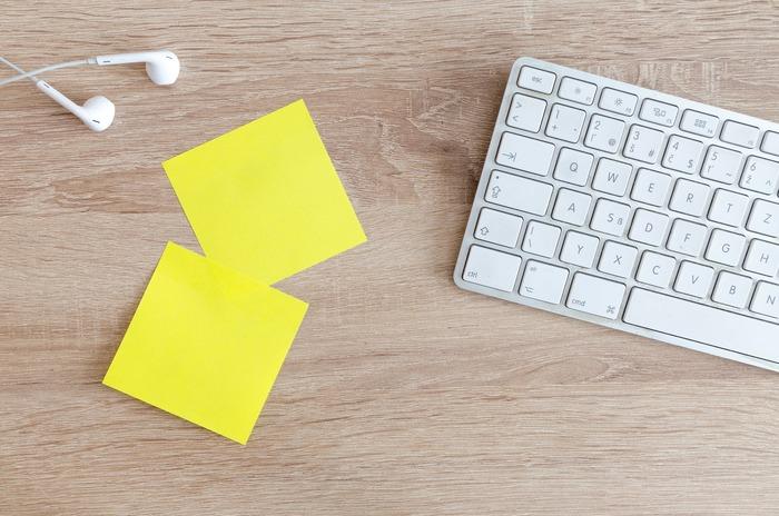 付箋にやるべきことをひとつひとつ書いて、デスクやホワイトボードや壁にペタペタ貼っていく方法もおすすめ。これからすることを貼る欄と既にしたことを貼る欄を作り、やり終えたら付箋を移すだけ。上から優先順位の高いもの順に貼っていくとパッと見わかりやすいですね。明るい色の付箋を使えばカラフルで楽しい雰囲気になります。