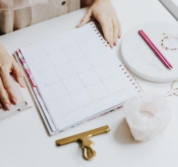メモできる余白がたっぷりある手帳やカレンダーを活用するのもアリ。日付ごとに、その日のうちにすべきことを簡潔に書いて管理すると便利です。
