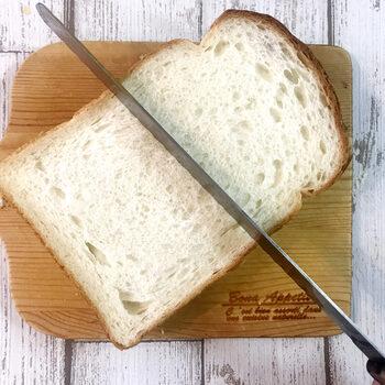 あたたかい食パンは水分量が多いため、表面がくっつきやすい状態。食パンをスライスするときには、しっかりと熱が冷めていることを確認しましょう。