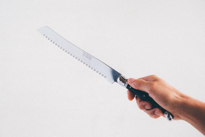 食パンはパン専用のナイフを使ったほうがきれいにスライスできますよ。刃に大きなギザギザが入っているので、柔らかい食パンを押しつぶすことがありません。