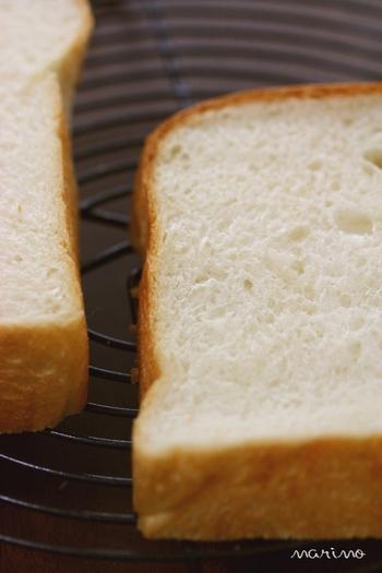 食パンは冷蔵庫に入れておくよりも、冷凍したほうがおいしく食べられるんです。新しいうちにスライスし、冷凍保存してしまいましょう。