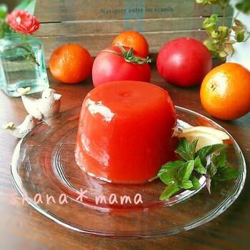 鍋より電子レンジ加熱の方が簡単なスイーツの一つがゼリー。焦がしにくく加熱の微調整が付けやすいのも、電子レンジの長所です。トマトジュースとオレンジジュースで手軽に作れるのも嬉しいですね。
