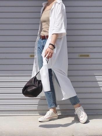 淡色デニムは、あえて白のシャツワンピースと合わせて夏らしい爽やかな着こなしを楽しみましょう。アンクル丈にスニーカーを合わせて、ほんの少し肌見せするのが、こなれた着こなしに仕上がるポイントです。