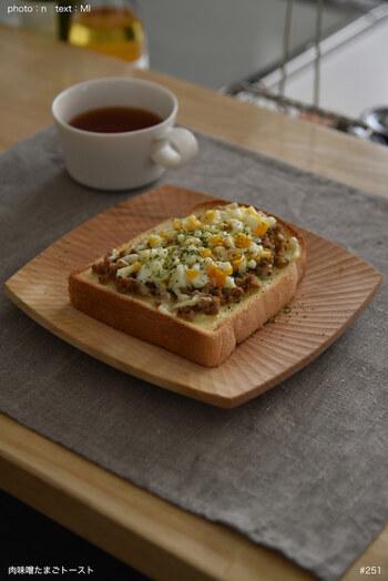 マヨネーズと肉味噌、そしてチーズとゆで卵をトッピングしたトーストは、一枚で大満足のボリューム感。朝食やランチにぴったりのコク深い味わいです。