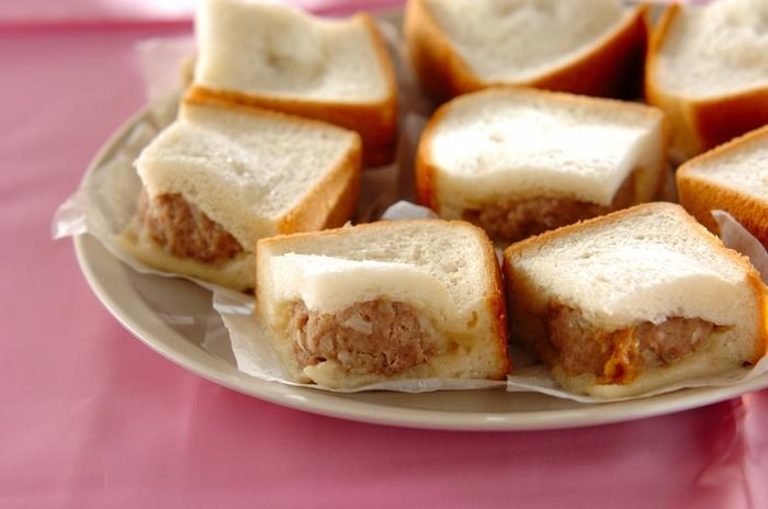 こちらはちょっと変わり種。4枚切りの食パンを肉まんにアレンジ!食パンを4等分に切って、真ん中に切込を。肉まんのタネをぐぐっと詰め込んで、蒸し器で蒸せばふっくらと♪
