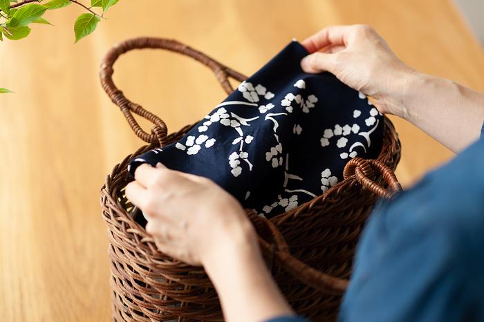 自然素材のカゴバックと風呂敷の組み合わせは意外と合います。バックインバックとして使ったり、荷物の目隠しにしたりして、さり気なくカゴバックとのコーディネートを楽しもう。