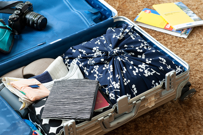 ごちゃつきがちな鞄の中、定型のバッグで整理するのも良い蹴れど、風呂敷のように自在に大きさを変えられる袋も便利です。使わない時はバッグにしたり、敷き物にしたりしてアレンジが効くのも嬉しい。