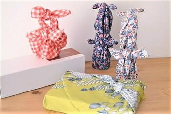 包み方ひとつで華やいだ印象にもなるのが風呂敷です。ちょっとしたプレゼントや手土産に風呂敷を活用できますよ。瓶など一見包み辛そうなアイテムの包み方もあるから参考にしてみて。