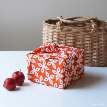 お弁当箱を包んだり、バッグの中に入れるのに重宝する50cmサイズも鮮烈な発色が美しい。和洋を取り入れたデザインで場所を選ばず使えそう。