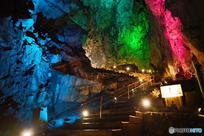 なんと、東京にも鍾乳洞があるんです!西多摩郡の奥多摩町にある「日原鍾乳洞」は、平均気温が夏でも10度程でひんやり涼しい。全長800メートルほどに及ぶこの鍾乳洞はその昔、山岳信仰のメッカだったそうで、その名残が洞内のいたるところに残されています。入り口から15分くらい歩いたところには、ライトアップされた幻想的な世界が広がります。