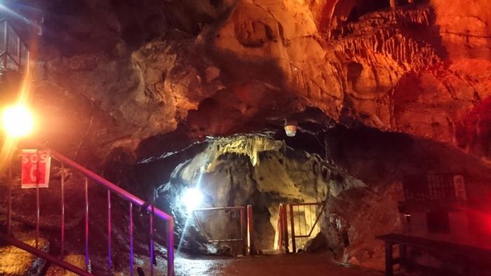 関東で一番長い鍾乳洞で、群馬県の天然記念物にも指定されている「不二洞」。洞内は夏・冬を通じて気温約10度。夏は涼しく、冬は暖かいので一年中快適に洞窟探検を楽しむことができます。長い年月をかけて自然が作り出した幻想的な光景は圧巻です。