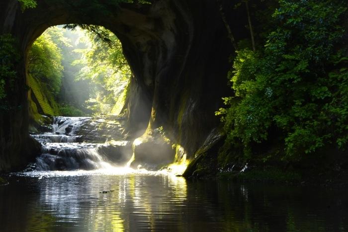 洞窟に射し込む光が水面に反射して横向きのハート形になる様子がSNSで話題を呼んだ「亀岩の洞窟」。ハート形が見られなくても、滝が流れる洞窟から光が差し込む様子はフォトジェニックで幻想的です。