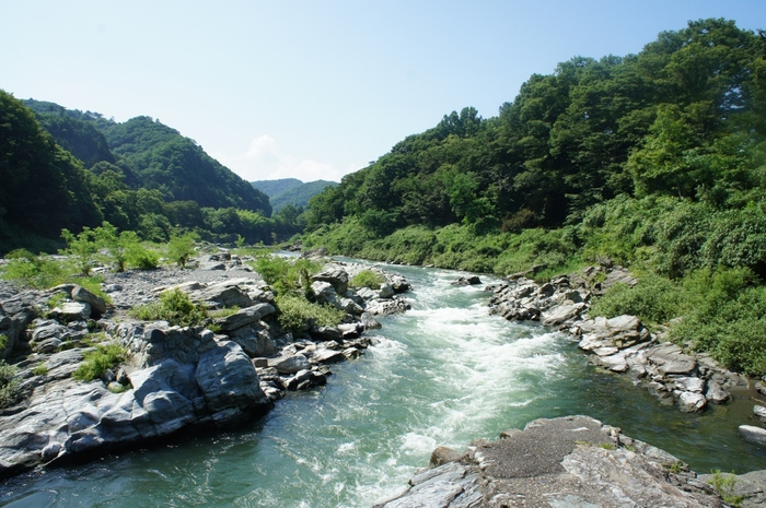 「長瀞渓谷」は、埼玉県秩父郡長瀞町にある景勝地。荒川の西岸には岩畳が広がり、向かい側の東岸には「秩父赤壁」と呼ばれる岩壁がそびえています。四季の変化に合わせて、いろいろな美しさがあります。