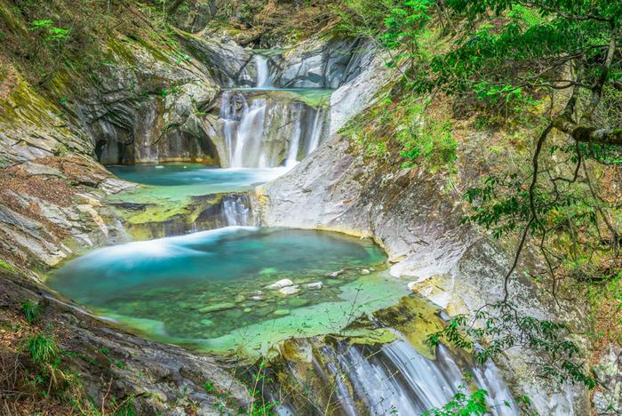 巨大な花崗岩(かこうがん)が浸食してできた渓谷は、原生林を流れる渓流がいくつもの滝を作り、幻想的で神秘的な魅力に満ちあふれています。7つの釜と5つの滝が連続している「七ツ釜五段の滝」は、自然が作り出したアート作品で、ぜひ写真を撮っておきたいスポット。