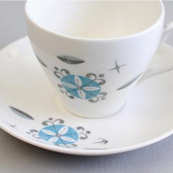 「JAPAN」と刻印の入った、ヴィンテージのカップ&ソーサー。日本ならではの繊細さが感じられるフォルムがなんとも素敵です。