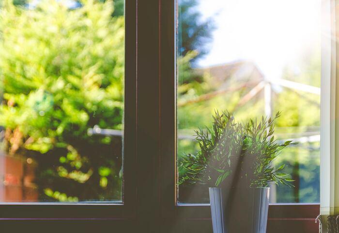"""夏の暑い日の、帰宅後おうちのドアを開けた瞬間に感じる、あの""""ムオン…""""とした重く暑い空気が苦手という方、多いのではないでしょうか。急いで窓を開けたりエアコンをつけ、サーキュレーターで空気を回してあげることによって、徐々に過ごしやすい温度になっていきますが、それは「人間の身体」にも同じことが言えます。 「暑い」と感じたときには食べ物や着ている服を調整して、体から熱を逃してあげることで快適に過ごすことができますよ。"""