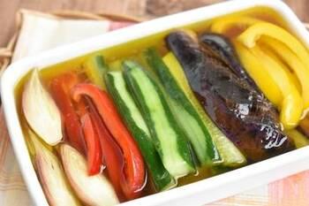 きゅうりはなすなどの夏野菜と一緒にマリネやピクルスにしてしまうのもおすすめ。お酢の疲労回復効果が手伝って、夏バテ防止にも重宝します◎