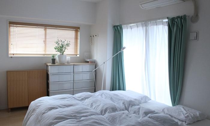 熱がこもるからといって急激に室温を低くしてしまうと、寝ている間に冷えで血管が縮んでしまうため、朝起きたときに身体が疲れを感じてしいることも。エアコンの温度は26~28℃に設定しておきましょう。