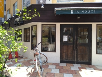 「パンデュース」は、本町駅、淀屋橋駅から4分ほど歩いたところにあります。ビジネス街でありながら、おしゃれなカフェなども多いこのエリア。お仕事の日のお昼ごはんに、おいしいパンを買って行くのもいいですね。