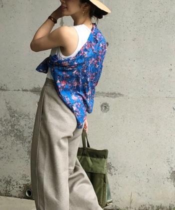 シンプルな夏コーデの上から長袖の柄シャツを巻いた、おしゃれな着こなし。肩掛けや腰に巻くだけでなく、こんな風にいろんな巻き方を研究してみては?鮮やかな色柄がコーディネートのポイントになってくれます。