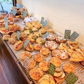 野菜の彩り豊かなパンが、種類豊富に並びます。こちらのお店は「惣菜パン」がおいしいと、リピーターさんの間でも話題です。