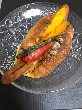 豪快な見た目に思わず食べたくなってしまう、「ドッグパン」。自家製のトマトソースで仕上げたソーセージと、たっぷりの野菜を挟んでいます。トマトソースがパンによく合い、食べ応えもありそうです!