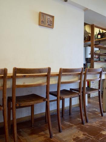 店内には、イートインスペースが14席ほど用意されています。焼きたてのパンをお店ですぐに食べられるのも、贅沢ですよね。朝は8:00からオープンしていて、ドリンクメニューもあるので、朝ごはんや軽食にもおすすめです。